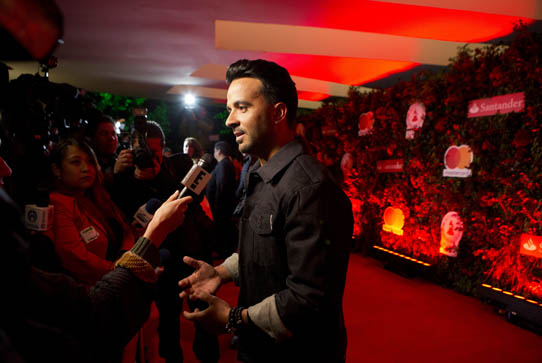 Luis Fonsi with reporter